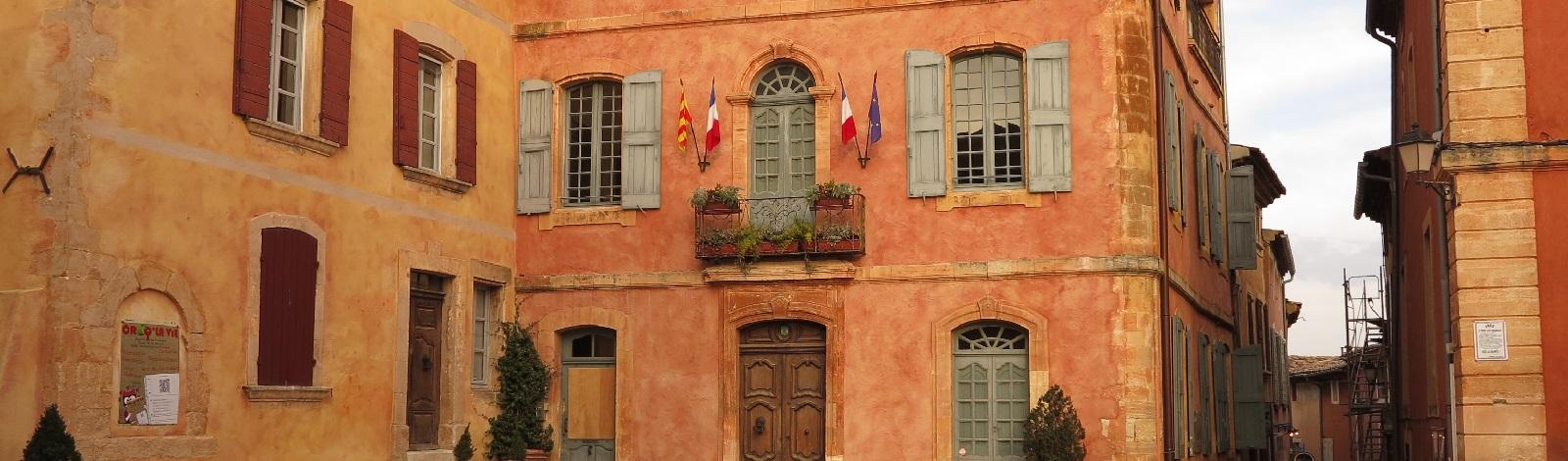 Les façades ocres de Roussillon dans le Lubéron - photo